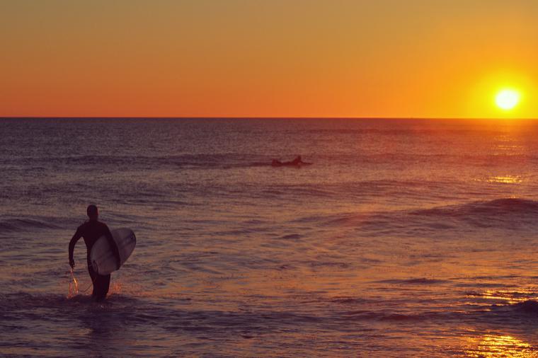 Sunset mit kleinen Wellen